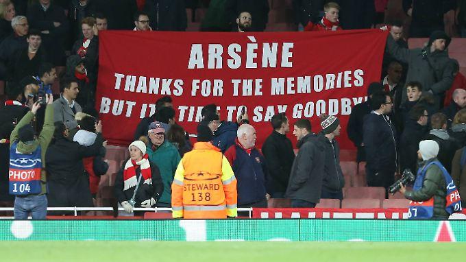 Danke - und Tschüss. Zahlreiche Arsenal-Fans fordern einen neuen Trainer. Nicht alle formulieren das so freundlich.