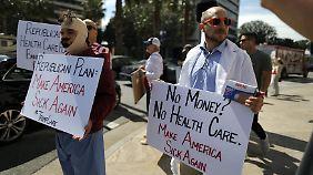 """Donald Trump möchte nicht, dass der American Health Care Act der Republikaner """"Trumpcare"""" genannt wird. Also nennen die Demonstranten ihn Trumpcare."""