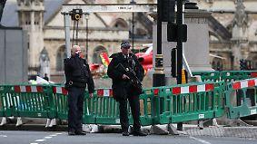 Schüsse vor britischem Parlament: Auto erfasst Passanten auf Westminster Bridge