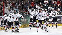 Grenzenloser Jubel - nachdem die Eisbären Berlin in der Verlängerung des siebten Spiels gegen Mannheim das Halbfinalticket buchen.