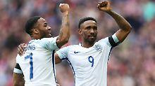Englands Jermain Defoe  feiert mit dem Kollegen Raheem Sterling.