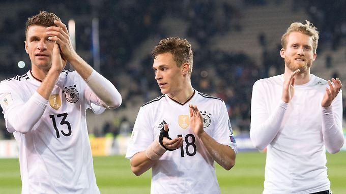 Glücklich in der Wohlfühloase DFB: Thomas Müller, Joshua Kimmich und André Schürrle.