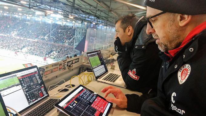 Andrew Meredith hat bei Spielen von St. Pauli seinen Platz auf der Tribüne. Auf zwei Bildschirmen schneidet er relevante Szenen zusammen.
