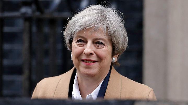 Premierministerin Theresa May verlässt am Vormittag ihren Amtssitz in der Downing Street. Um 13.30 Uhr (MESZ) will sie im Unterhaus eine Erklärung abgeben, während der britische Botschafter in Brüssel den Brexit-Brief übergibt.