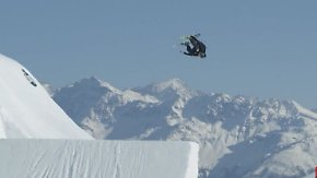 Halsbrecherische Tricks: Freestyler wirbelt auf Skiern durch die Luft