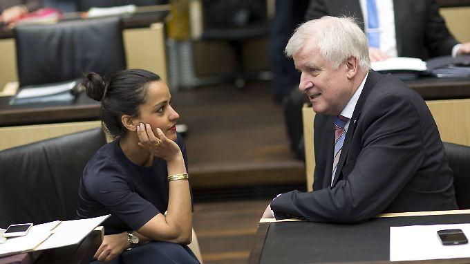 Ob er ihr von der maut erzählt? Seehofer plaudert mit der Berliner Staatssekretärin Chebli.