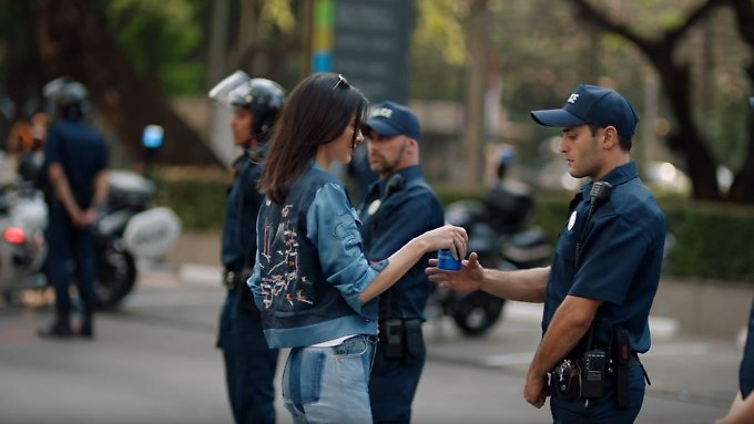 Das Model und der Polizist.