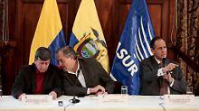 ELN-Chefunterhändler Pablo Beltran (l.) verhandelt mit seinem Kollegen von der kolumbianischen Regierung, Juan Camilo Restrepo (r.), über Frieden. In der Mitte als Mediator der ecuadorianische Vize-Außenminister Juan Meriguet.
