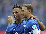Setzt auf die Reiselust der Schalker Fans: Benedikt Höwedes, hier mit Thilo Kehrer.
