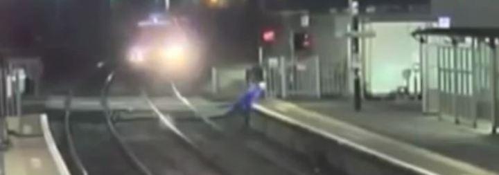 Knapp am Tod vorbeigeschrammt: Überwachungsvideos zeigen gefährlichen Leichtsinn auf Schienen