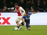 Alessandro Schöpf ist dem ehemaligen Gladbacher Amin Younes haushoch unterlegen. Nur eines der vielen Duelle, dass die Schalker gegen Ajax Amsterdam verlieren.