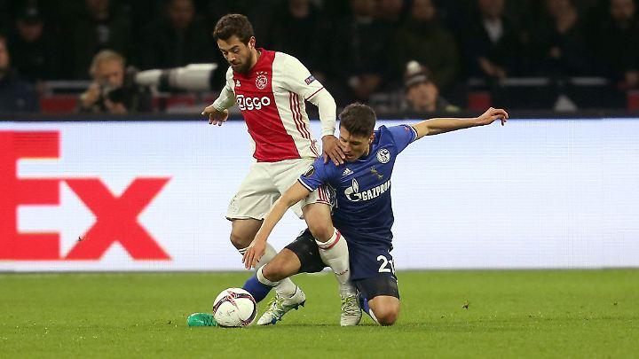 Alessandro Schöpf ist dem ehemaligen Gladbacher Amin Younes haushoch unterlegen. Nur eines der vielen Duelle, das die Schalker gegen Ajax Amsterdam verlieren.