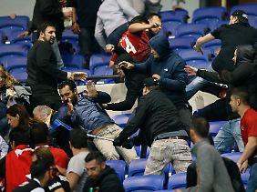 Französische Hooligans gingen später auf türkische Fans los.