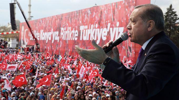 Der türkische Präsident bittet seiner Anhänger auf einer Wahlkampfveranstaltung, am Sonntag mit ja zu stimmen.