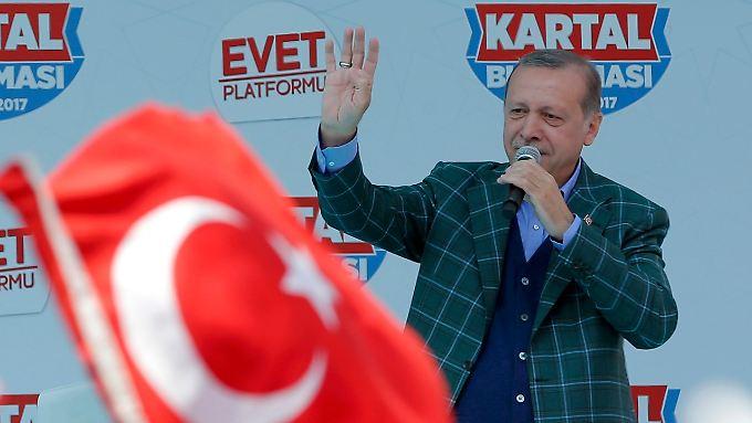 Der türkische Präsident Erdogan nutzte den letzten Tag vor dem Referendum für mehrere Auftritte in Istanbul.