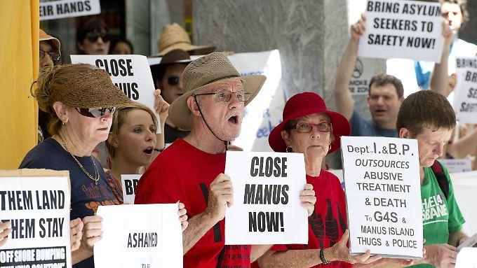 Vor der Einreisebehörde in Brisbane wird gegen das Lager auf Manus und den harten Kurs Australiens protestiert.