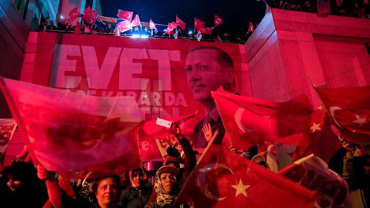 Die Anhänger von Recep Tayyip Erdogan feierten nach dem Referendum eine große Party.