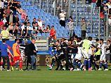 Szenen, die man im Fußball nicht sehen will: Die Spieler von Olympique Lyon müssen vor korsischen Fans beschützt werden.