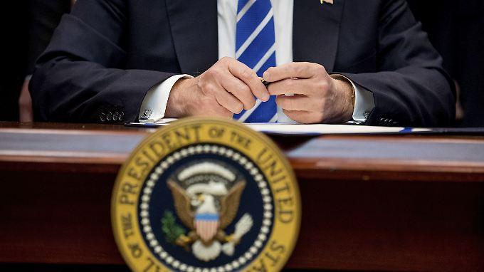 Donald Trump unterschreibt heute mal wieder ein Dekret.