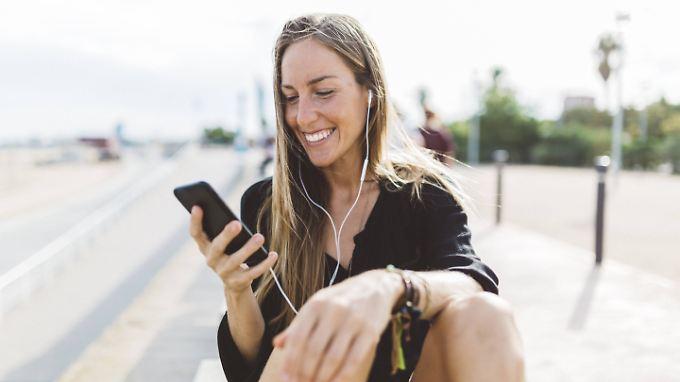 Wer außerhalb der EU nicht aufs Smartphone verzichten will, sollte sich frühzeitig um eine passende SIM-Karte kümmern.