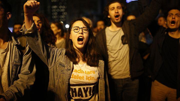 Bislang lassen die Behörden die Demonstranten trotz des Ausnahmezustands weitgehend gewähren.