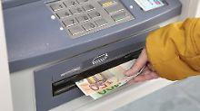 Niedrige Zinsen und die Folgen: Abhebegebühr: Verbraucherschützer klagen