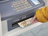 Gang zum Geldautomaten: Commerzbank schließt Abhebegebühren aus