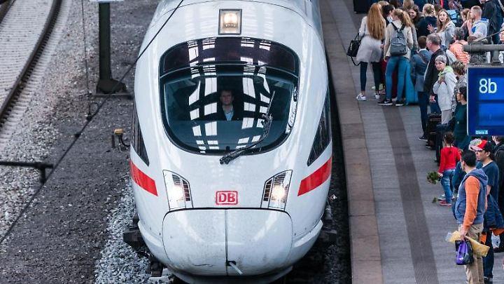Bahn-Mitarbeiter erhalten 16 ICE-Fahrkarten pro Jahr geschenkt.