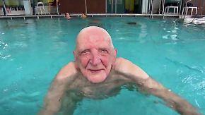 Schwimmunterricht als Lebensaufgabe: 100-Jähriger vergibt Seepferdchen an Berliner Kinder