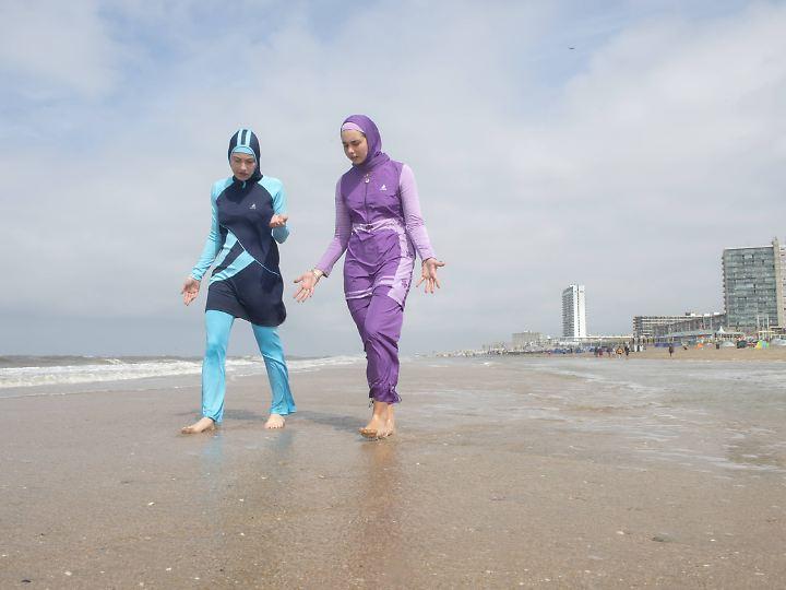 Ein Burkini ist eine zweiteilige Badebekleidung für Frauen, die fast den gesamten Körper bedeckt und nur Gesicht, Hände und Füße freilässt.