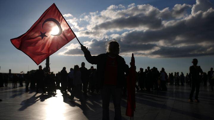 In Istanbul und anderen türkischen Städten gibt es weiter vehemente Proteste gegen das abgehaltene Referendum.