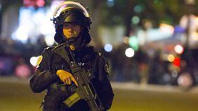 Die Polizei riegelte gestern Abend die Champs Elysees ab.