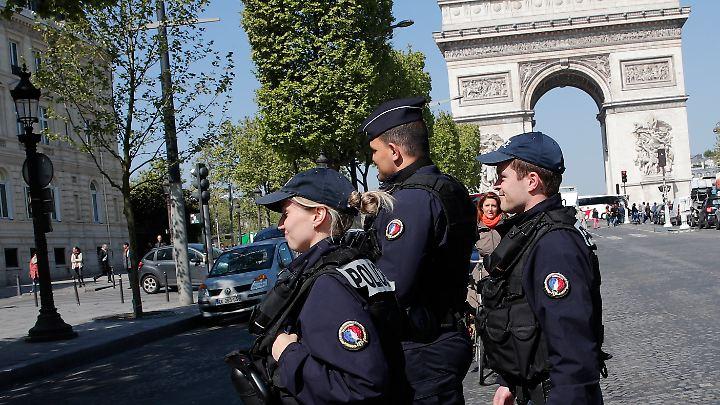 Sicherheitskräfte auf dem Champs-Élysée am Tag danach.