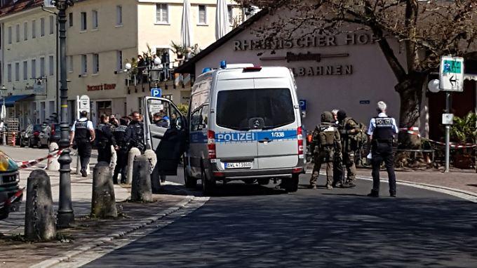 Die Polizei hat den Banküberfall beendet.