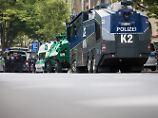 Die Polizei stellt sich auf Ausschreitungen um das Kölner Maritim-Hotel ein.