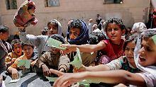 Bedürftige Kinder drängen sich vor einer Essensausgabe in Sanaa.