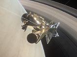 Riskantes Manöver zwischen Saturn und seinem innersten Ring: Cassini kommt dem Planeten näher und näher, bis sie kontrolliert abstürzt.