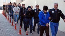 Razzien in Türkei nach Putsch: Mehr als 1000 Polizeiangehörige festgenommen