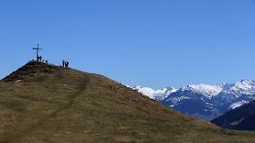 Wanderer genießen von einem Aussichtspunkt bei Immenstadt (Bayern) den Ausblick.