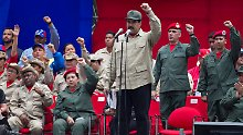 Klammert sich mit allen Mitteln an der Macht fest: Nicolas Maduro (Mitte)