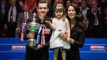 Mark Selby genießt den dritten WM-Triumph gemeinsam mit seiner Familie.
