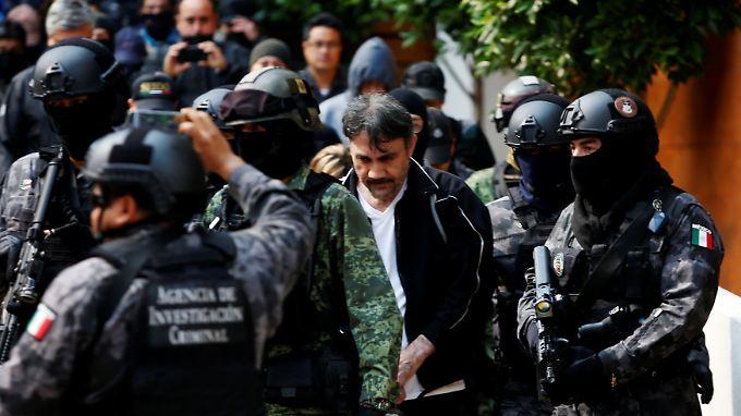 Diego López wird bei seiner Festnahme strengstens bewacht.