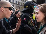 Nächste Foto-Ikone des Protests: Pfadfinderin Lucie bietet Neonazis die Stirn