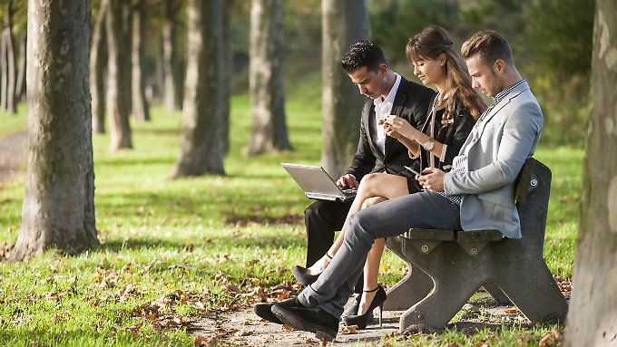 """""""Digital Natives"""" sind mit Wikis, Blogs und Social Networks aufgewachsen. Bei ihnen wandert die virtuelle Welt immer mit."""