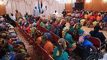 Freigelassen von Boko Haram: Präsident empfängt entführte Mädchen