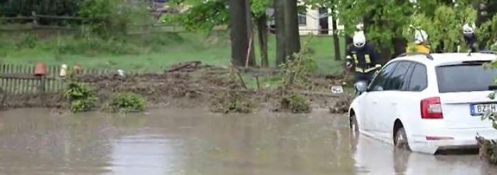 Autos schwimmen durch Gärten: Starkregen und Hagel richten teils heftige Schäden an