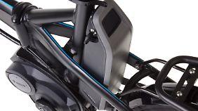 Die Bosch-Batterie ist abschließ- und abnehmbar und lässt sich in wenigen Stunden an der Haushaltssteckdose laden.