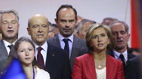 Philippe (M.) mit seinem Förderer Juppé (3.v.l.) während dessen Präsidentschaftswahlkampf im vergangenen Jahr.