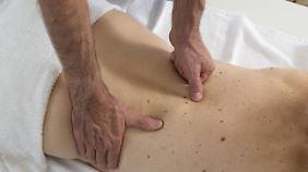Vier bis sechs Behandlungen beim Chiropraktiker werden oft bezuschusst.