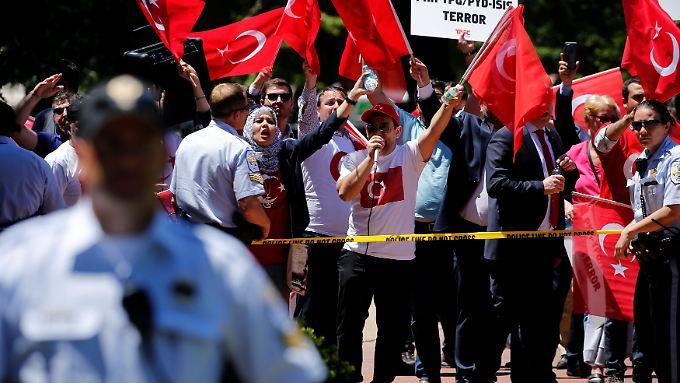 Bei der Auseinandersetzung vor der türkischen Botschaft in Washington wurden mindestens acht Menschen verletzt.